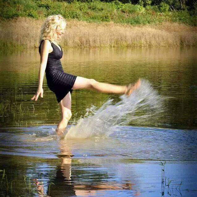 susanne kicking water